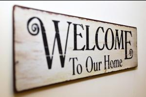 Panneau Welcome to our home. Image par Robert Fotograf de Pixabay